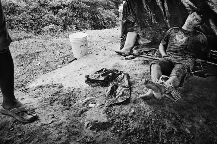 Fernch Guiana, Dorlin, Comando três, Inini. Orpaillage clandestin, reglement de comptes entre garimpeiros. L'or attire et s'il est indéniable que pistoleros ou trafiquants de toutes sortes se côtoient en forêt, la main d'œuvre des chantiers illégaux reste surtout composée de personnes qui n'ont guère d'autre choix de vie et viennent ici gagner un salaire. En forêt on travaille mais la force fait loi.