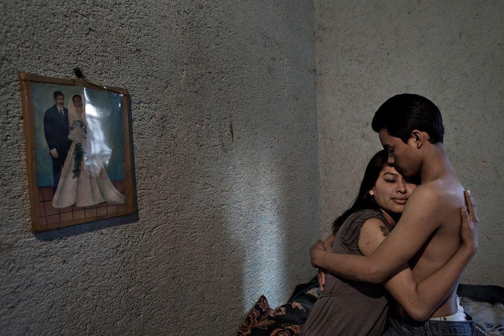 """Guatemala Ciudad. Alma a intégré un gang à l'âge de 14 ans. A 22 ans, elle a annoncé à ses """"homies"""" sa décision de le quitter définitivement. Par mesure de représailles, le jour même, deux jeunes membres de sa clique ont tenté de l'assassiner. Elle a survécu à ses blessures, mais est aujourd'hui paraplégique. Depuis, Alma et son compagnon ont fuit et se cachent dans un autre quartier. © Miquel Dewever-Plana"""