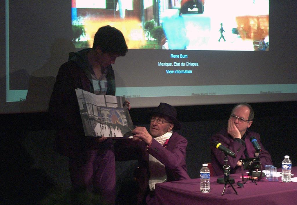 René Burri avec son fils qui tiend le livre. (c) Philippe Charliat pour A l'oeil