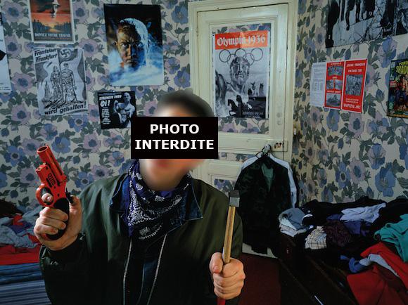 1987, Petit Mathieu est fier de poser avec un marteau et un pistolet en plastique devant ses affiches. 2013, il fait interdire cette photo. (c) Yan Morvan
