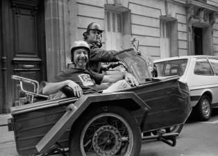 Devant locaux Sygma rue Lauriston JP Laffont et notre motard de Presse. Circa 1980 © JP Laffont