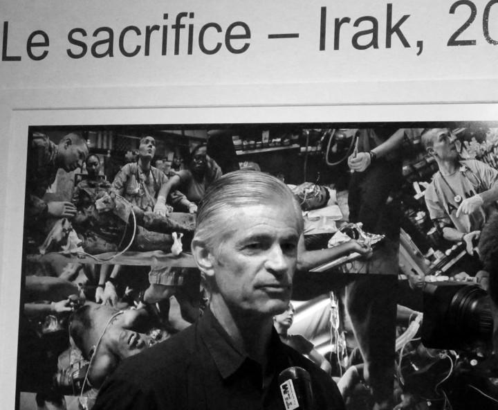 """James Nachtwey devant """"Le Sacrifice"""", Lyon 2010 (c) Michel Puech"""