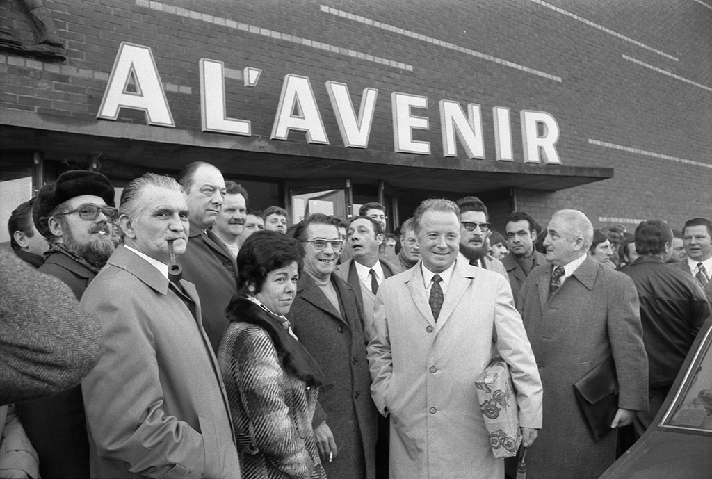 """Le 10 janvier 1974, Georges Séguy, secrétaire général de la CGT rend visite aux dockers de Dunkerque en lutte pour leurs conditions de travail. Ici devant la salle """"A l'avenir"""" où a lieu un meeting.(c) Danielle Guardiola"""