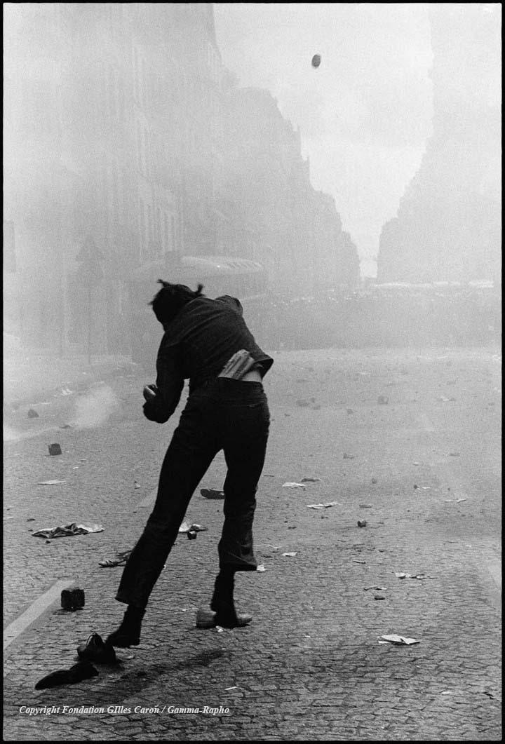 Le lanceur du 6 mai 1968 (c) Gilles Caron / Fondation Gilles Caron