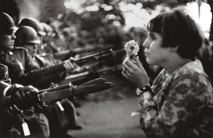 Marc Riboud (France, 1923) Jane Rose Kasmir. Manifestation contre la guerre au Vietnam Washington, 21 octobre 1967 © Marc Riboud