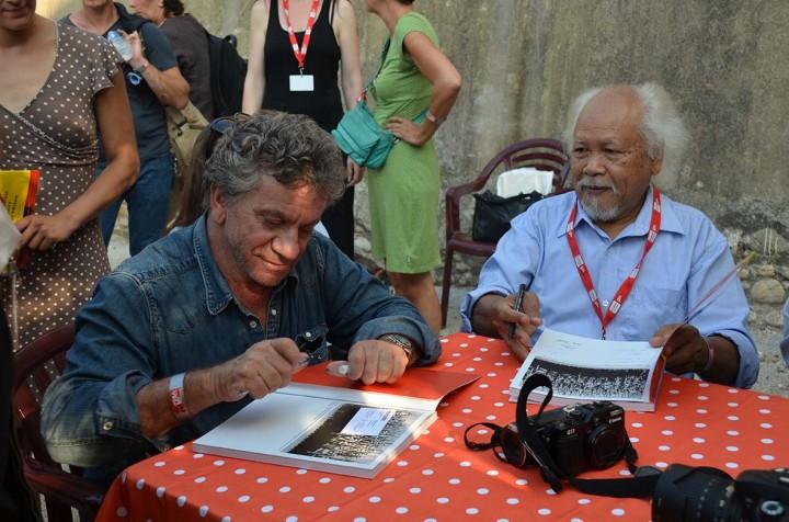 """Perpignan, Visa pour l'image, Patrick Chauvel signe """"Ceux du Nord"""" en compagnie des photographes vietnamiens à la librairie Ephémère (c) Geneviève Delalot"""