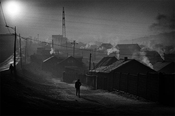 Paysage d'hiver à Bayan Khoshuu, un quartier déshérité (aussi appelé quartier de yourtes) situé à l'ouest d'Oulan-Bator. Les températures insupportables de l'hiver (- 40, - 50 ºC) obligent des centaines de milliers d'habitants à consommer une quantité énorme de charbon de chauffage, plongeant ainsi la capitale dans un épais manteau de fumée néfaste pour la santé. La pollution de l'air engendre de graves maladies telles que des cancers, des malformations chez les nouveau-nés, des problèmes cardiovasculaires et respiratoires ainsi que des maladies neurologiques sérieuses. Oulan-Bator est l'une des villes les plus polluées au monde en hiver. Winter in Bayan Khoshuu, a poor district known as the yurt neighborhood, in Ulan Bator. Winter temperatures go down to  40° or  50º C ( 40°/ 60° F) forcing thousands to burn vast quantities of coal for heating, leaving a thick cloud of smoke over the city, and causing serious diseases from air pollution. In winter Ulan Bator is one of the most polluted cities in the world. © Olivier Laban-Mattei / The Mongolian Project / MYOP