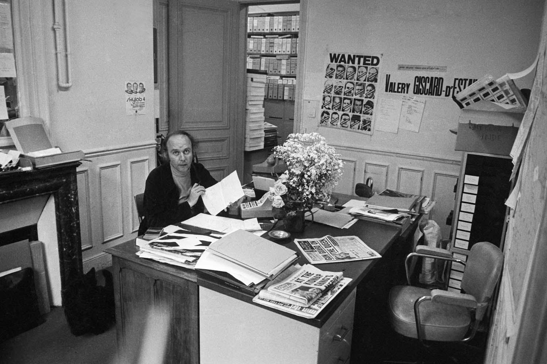 paris 1973 le photographe alain nogues dans les bureaux de l agence apis sygmaphotographie. Black Bedroom Furniture Sets. Home Design Ideas