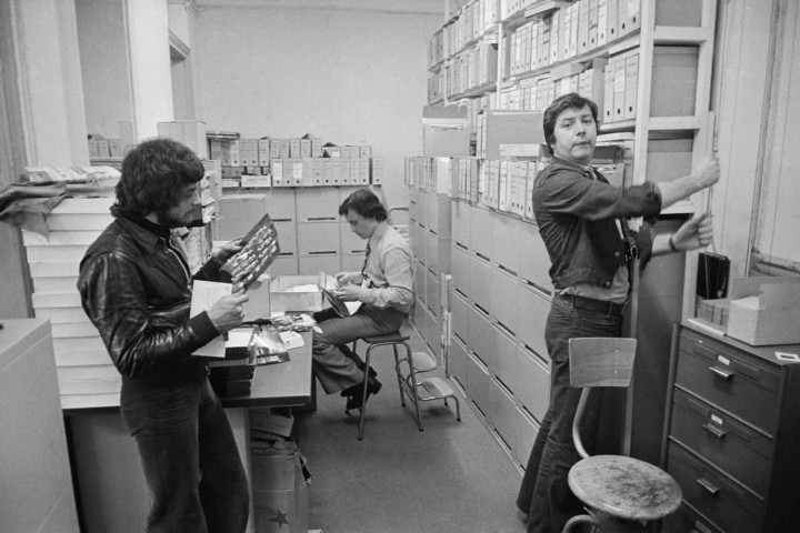 1973 - Agence APIS-Sygma, au second plan Alain Dupuis, commercial de l'agence © Jean-Pierre Laffont