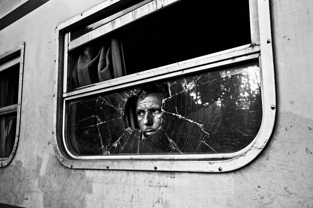 Bangladesh, région de Birampur, 09 août 2012 Un ligne ferroviaire suit la frontière sur plusieurs kilomètres et fait deux arrêts dans les villes frontalières. Un passager attend son contact local qui doit lui remettre des produits indiens (vêtements, jouets, médicaments, lunettes de soleil, épices...). Il les revendra sur le marché d'une autre ville. Il doit faire très attention aux gardes-frontières bangladais qui arrêtent et passent à tabac ceux qu'ils considèrent comme des contrebandiers. © Gael Turine / Agence VU