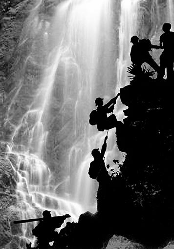 1970. Des éclaireurs nord-vietnamiens sont à la recherche d'un passage au milieu des rapides pour les unités de logistique qui suivront avec le ravitaillement en vivres et munitions. © Doan Công Tinh