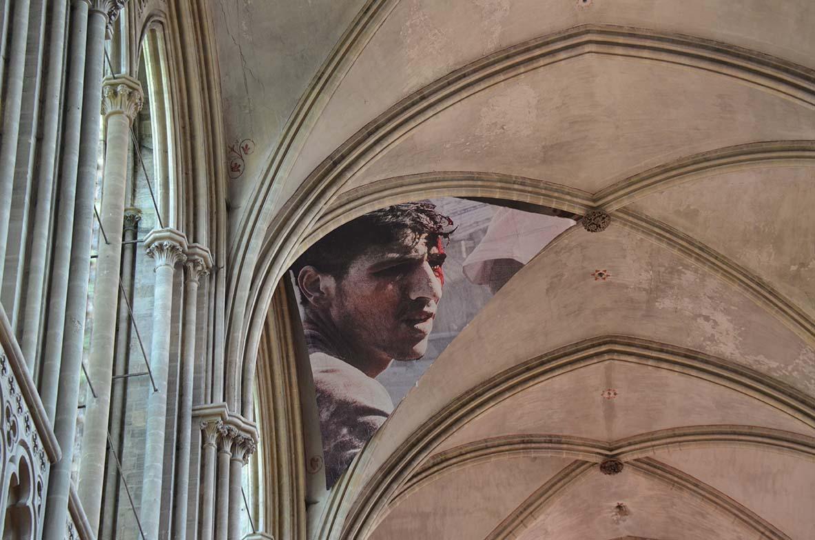 Pour la 21 ème édition du Prix Bayeux Calvados des correspondants de guerre, Laurent Van der Stockt installe les victimes syriennes dans la cathédrale de la ville. © Geneviève Delalot