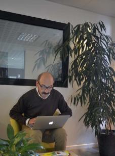 Jean-Louis Vinet au travail dans le hall d'un hotel