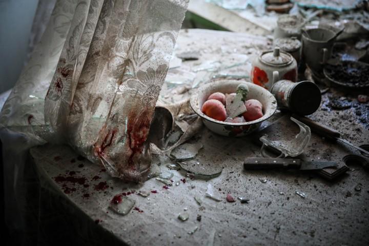 """Dans une cuisine partiellement endommagée, après un bombardement à Donetsk, le 26 août 2014. Ce jour-là, les affrontements ont fait au moins trois morts et une dizaine de blessés dans la principale ville de l'est de l'Ukraine. Catégorie """"Actualités"""" : (c) Sergei Ilnitsky / European Pressphoto Agency"""