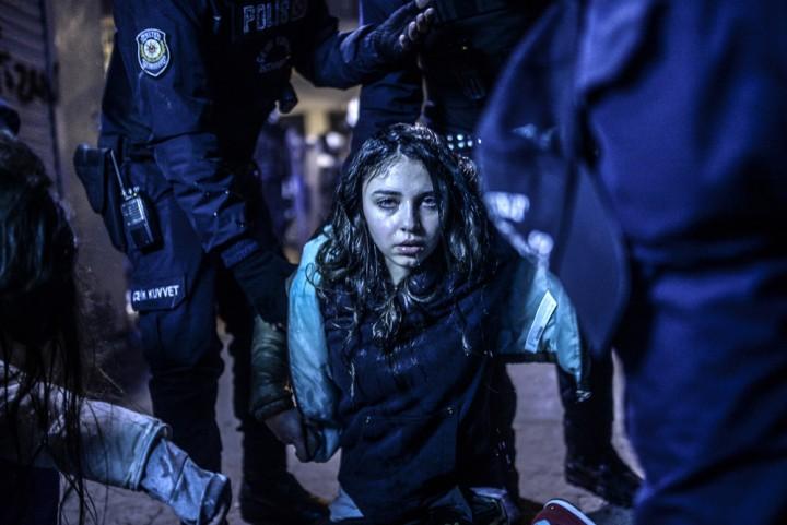 """Istanbul, le 12 mars 2014. Une jeune fille pleure après avoir été victime des gaz lacrymogènes lancés par la police contre des manifestants. Le défilé avait été déclenché par la mort de Berkin Elvan, 15 ans, lors d'un précédent affrontement. Catégorie """"En bref"""" (c) Bulent Kilic / AFP"""