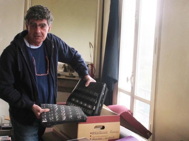 Francis Apesteguy et ses planches contact (c) Michel Puech