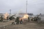 Alors que le cessez-le-feu est en vigueur depuis le 15 fevrier 2015, dans les bois Ouglegorsk, des batteries de 152 mm tirent sur les positions de l'armee ukrainienne situe a quelques kilometres. Les obus de 152 mm pèsent 47 kg avec une charge de 11 kg de poudre pour les propulser. Photographie ©