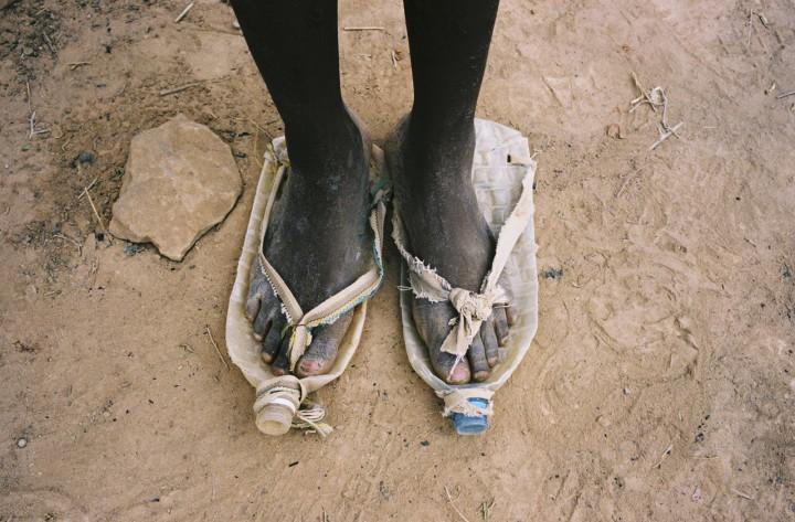 """"""" Après le naufrage, sur notre groupe de 34 hommes, seuls quatre, dont moi, avaient encore nos chaussures. Les autres avaient tout perdu, leurs vêtements aussi. Alors, ils se sont fabriqués des sandales. """" Texte de Kingsley Abang Kum"""