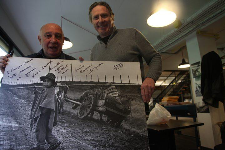 Paris 13 avril 2011, Raymond Depardon rend visite à François Lochon propriétaire de l'agence Gamma-Rapho.<br /> &copy Mohamed Lounes / Gamma-Rapho