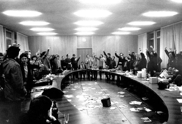 """France. Ile de France. Nanterre. Campus universitaire. 22 mars 1968. Occupation de la salle du conseil de la fac de lettres dans le batiment administratif, action qui donnera naissance au """"Mouvement du 22 Mars"""" (c) Gérard-Aimé / Gamma-Rapho"""
