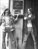 Paris, années 70 - Christian Poulin à gauche et Jean-François Graugnard devant la porte de l'agence. Photo (c) Christian Poulin