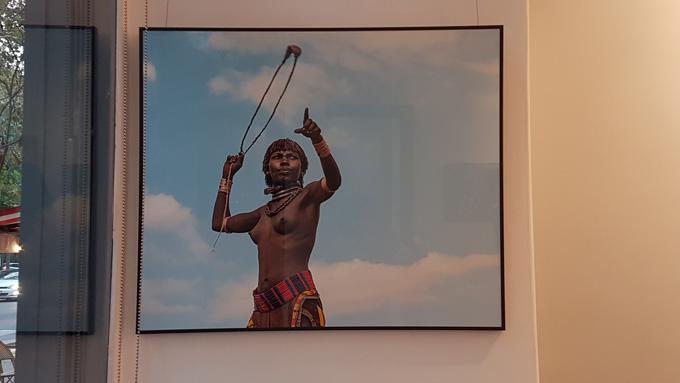 Vernissage de l'exposition « …et ta beauté me foudroie… », hommage à la grâce des femmes Hamer de la Vallée de l'Omo. Photo (c) Geneviève Delalot pour A l'oeil