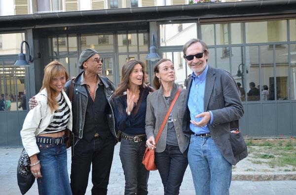 Les trois filles de Roger Thérond avec Stanley Greene et Jean-François Leroy au vernissage de Polka Magazine 13. Photographie © Geneviève Delalot pour www.a-l-oeil.info