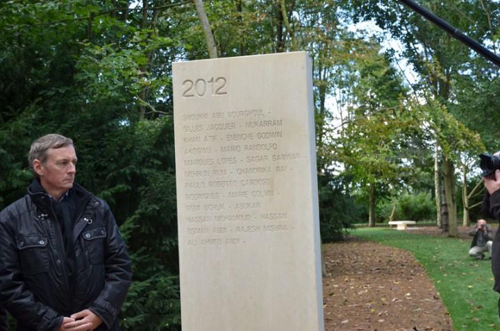 Le maire de Bayeux se recueille devant la stèle des reporters tués en 2012 (c) Geneviève Delalot