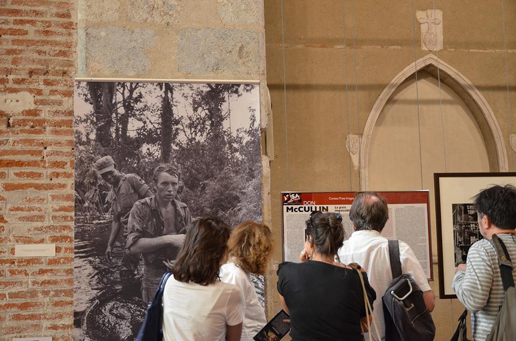 La photo de McCullin en tête de l'exposition de Perpignan est de Gilles Caron au Biafra