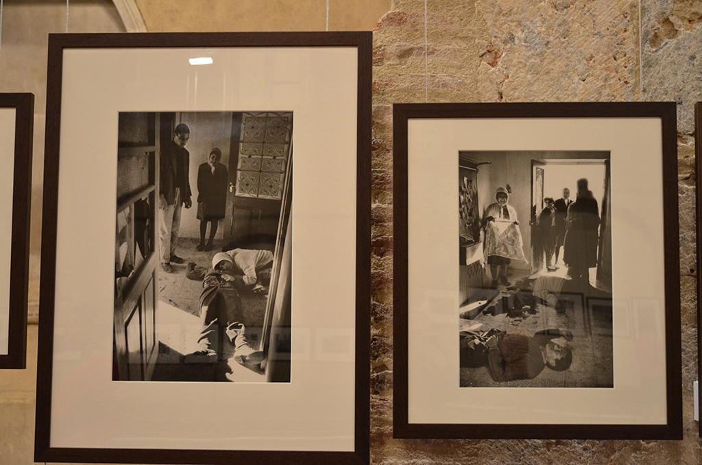Exposition de Perpignan, on note que McCullin a tiré en plus grand, la photo suivante où la femme a mis la serviette sur la tête de son mari.