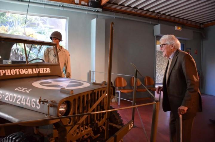 John G Morris au Musée de la Bataille de Normandie devant une jeep (c) Genevive Delalot