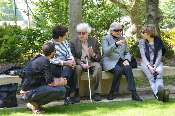 Assis sur le banc de gauche à droite: Sonya K. Fry, Joghn G. Morris et Patricia sa compagne en discussion avec Dominique Dechavanne (c) Geneviève Delalot