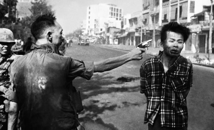 L'exécution sommaire, le 1er février 1968, dans une rue de Saïgon, d'un prisonnier vietcong par le chef de la police du sud du Viêt Nam © Eddie Adams / AP