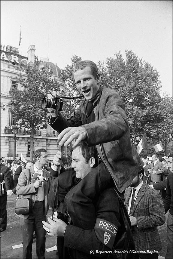 gaulliste Gilles Caron sur les épaules d'Henri Bureau. (c) Reporters Associés / Gamma-Rapho