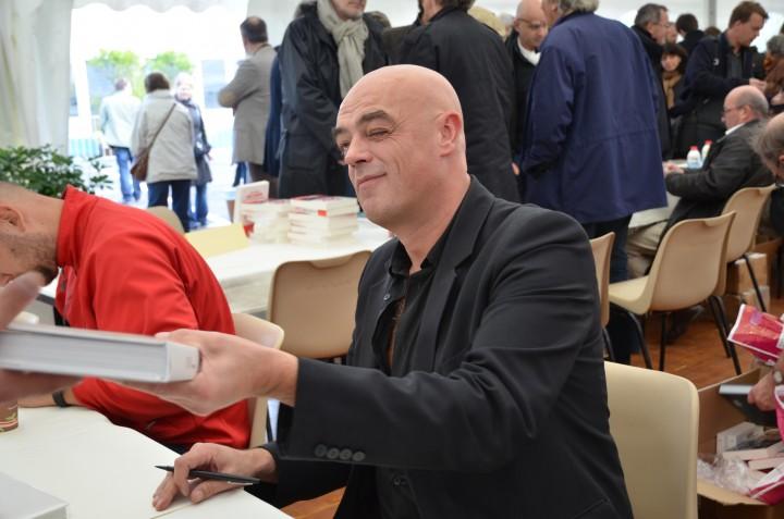 Rémy Ourdan signe Bosnia à la foire du livre du Prix Bayeux Calvados en 2012 &copy Geneviève Delalot