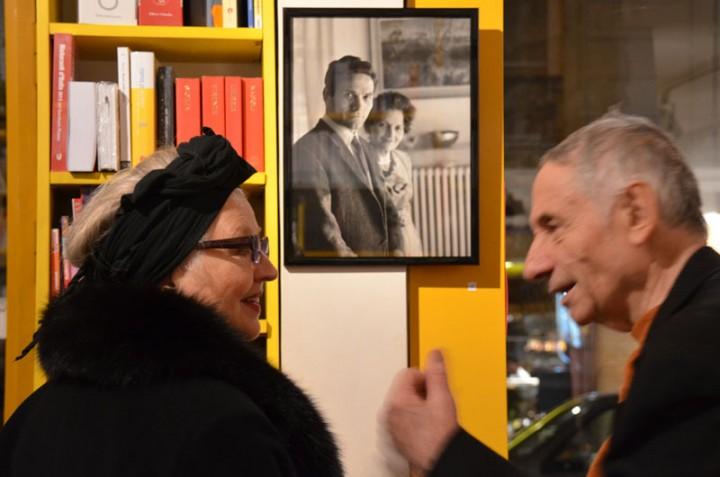 Hanna Shygulla et Mario Dondero à la petite galerie de la librairie italienne Tour de Babel, 10 rue du Roi de Sicile à Paris