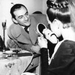 """Luchino Visconti assistant Maria Callas pendant la séance de maquillage pour """"Médée"""" de Luigi Cherubini (1760-1842) au Théâtre de l'Opéra de Rome en mars 1955. ©Dondero/Leemage Photographie ©Mario Dondero"""