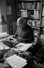 Le Vésinet (France) 1976, le photojournaliste Jean Lattès à son bureau. Photographie de Gilles Walusinski - Tous droits réservés.