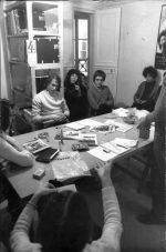 Paris, année 70 - Réunion à l'agence de presse Fotolib. De gauche à droite : Michel Puech, Jean-François Graunard, Yanne, Marc Sémo, Christian Weiss et un bout de profil de Christian Rausch. Photo (c) Christian Poulin