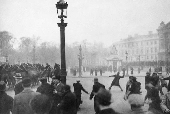 Paris, février 1934 : « Il faut que le gouvernement se rende compte que le peuple est réveillé, décidé à en finir avec les internationaux révolutionnaires et les politiciens pourris », écrit « l'Ami du peuple » Photo (c) Roger-Viollet